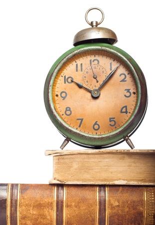 reloj antiguo: reloj de la vendimia en libros antiguos aislados en blanco