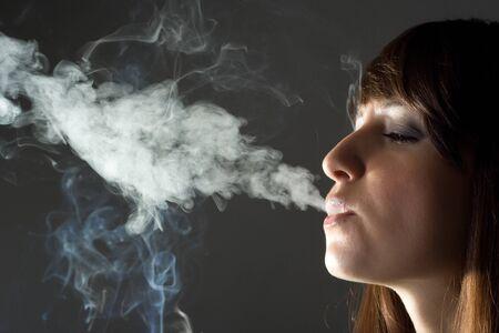chica fumando: retroiluminación imagen de chica de fumar
