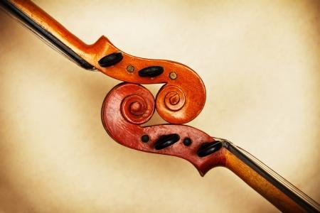 두 오래 된 바이올린은 주변 광에 자세히 스크롤