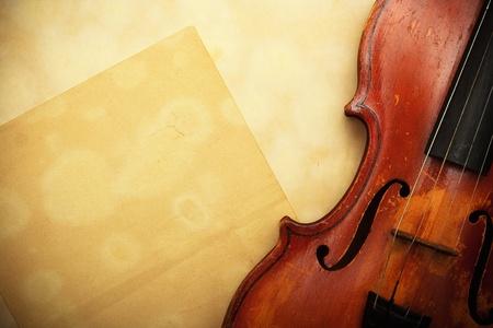 오래 된 바이올린과 빈 노란 종이 스톡 사진