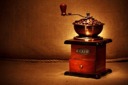molinillo: molinillo de café con frijoles Foto de archivo