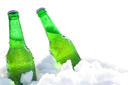 botellas de cerveza: botellas de cerveza en la nieve Foto de archivo