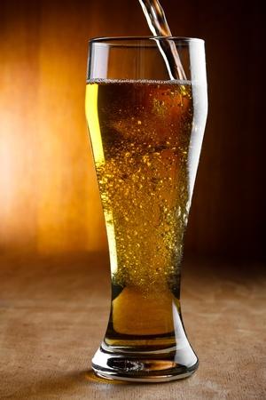 cerveza: verter la cerveza Foto de archivo
