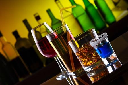 botella de licor: Diferentes bebidas alcohólicas y cócteles en la barra de