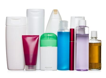 aseo personal: Botellas de productos de salud y belleza aislado en blanco Foto de archivo