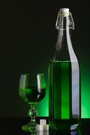 ajenjo: Absinthe Botella y vidrio con terrones de az�car Foto de archivo