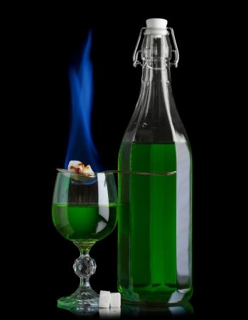ajenjo: Absinthe botella y el vaso con la quema terr�n de az�car
