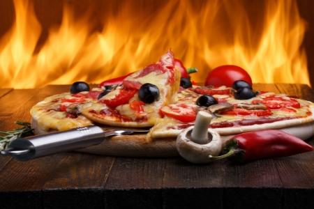배경에 오븐 화재 뜨거운 피자