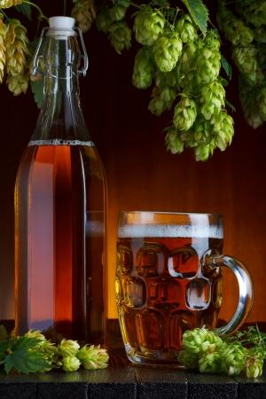 brouwerij: Bier met brouwerij hop en tarwe stilleven