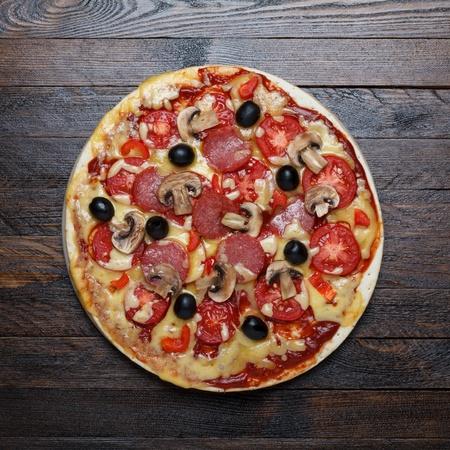 나무 테이블에 피자