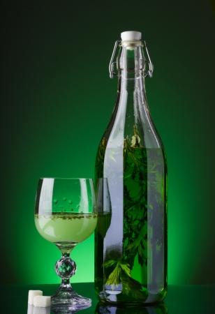 ajenjo: Absinthe vidrio y botella con terrones de az�car Foto de archivo