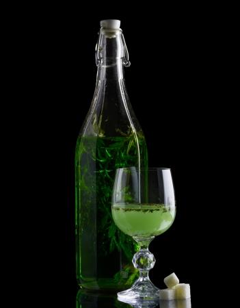 ajenjo: Absinthe con la botella de azúcar y el vidrio aislado en negro Foto de archivo