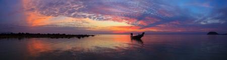pescador: Puesta de sol sobre el mar con el pescador panorama barco