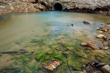 caños de agua: Tubería de desagüe del agua con el funcionamiento de flujo