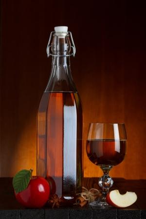 apple cinnamon: Bottiglia di sidro e di vetro con mele, cannella e anice stellato