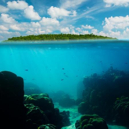 섬과 하늘 스플릿 열대 수중 촬영 스톡 사진