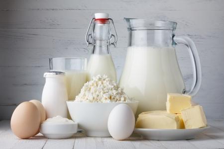 leche y derivados: Productos lácteos en la mesa de madera