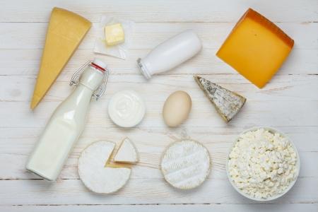 나무 테이블에 유제품 구색 - 우유, 치즈, 계란, 요구르트, 사워 크림, 코티지 치즈와 버터 스톡 사진
