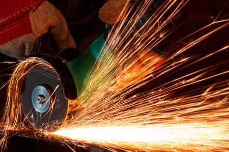soldador: Molienda de hierro con chispas Foto de archivo