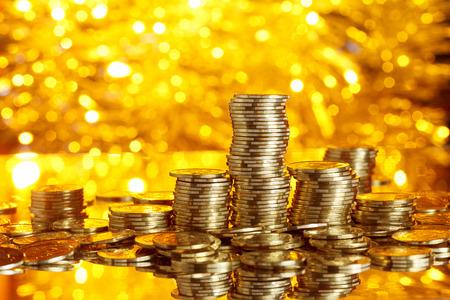 Muntstukkenstapel op gouden bokeh