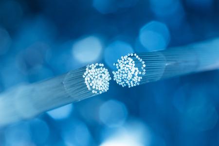 Cable de fibra óptica que conecta Foto de archivo