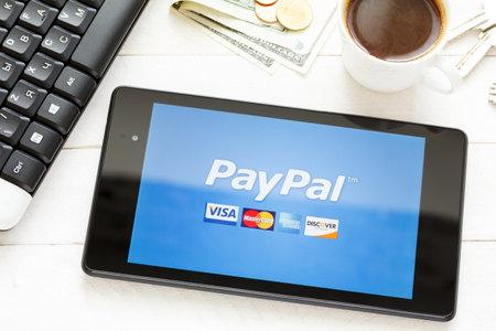 KIEV, Oekraïne - 9 juni: PayPal betalingssysteem logo op tablet, in Kiev, Oekraïne, op 9 juni 2014.