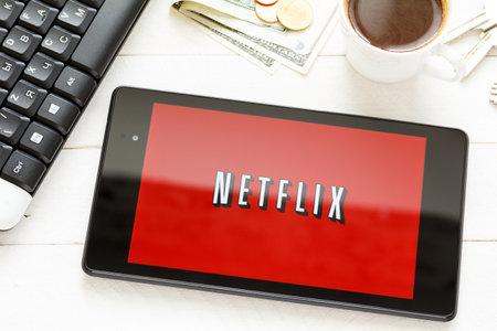 KIEV, Oekraïne - 9 juni: Netflix dienst embleem op tablet, in Kiev, Oekraïne, op 9 juni 2014. Redactioneel