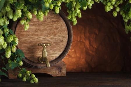 Biervat met verse hop op houten tafel stilleven