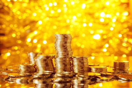 Gouden Goins stack met gouden lichten bokeh achtergrond Stockfoto