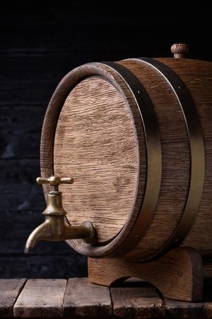 oxidado: barril de roble viejo de la vendimia en la mesa de madera Foto de archivo
