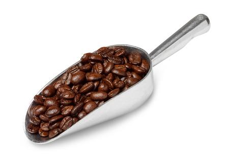 grano de cafe: cuchara de metal con los granos de café tostados aislados