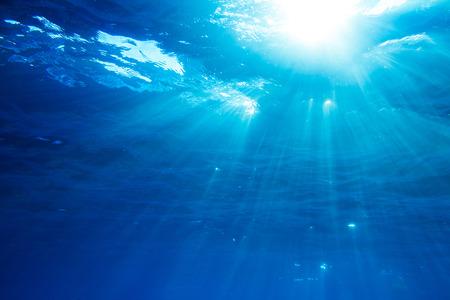 Unterwasseraufnahme mit Sonnenstrahlen in tiefblauen tropischen Meer Standard-Bild