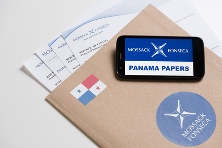 bandera de panama: KRAKOW, POLAND - APRIL 6, 2016 : Folder with Mossack Fonseca logo and printed documents from its web site and phone. Editorial