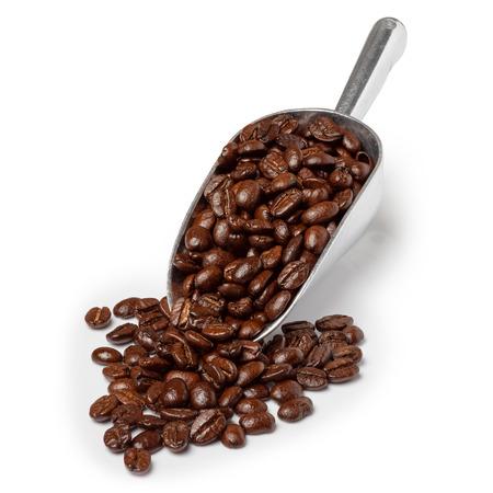 cafe colombiano: cuchara de metal con los granos de café tostados aislados