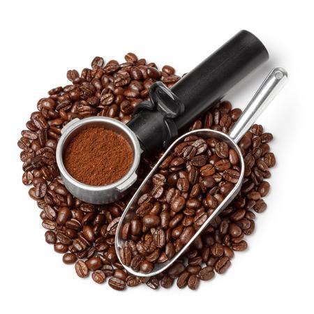 cafe colombiano: soporte del filtro de la máquina de café con café molido y la cucharada de granos de café montón aislados en blanco
