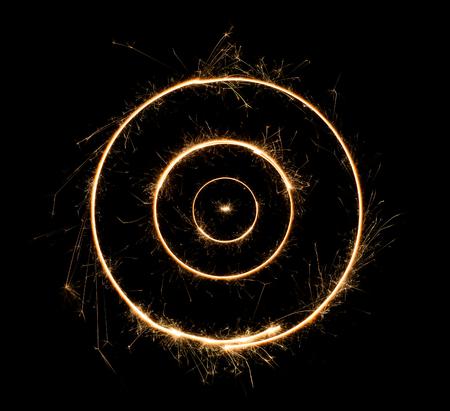Cercles concentriques Sparkler. Feu de Bengale brûlant lettre ronde concentrique o numéro zéro. Isolé sur noir.