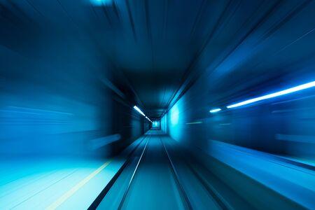 Lumières brouillées bleues de rail de vitesse de mouvement de tunnel de métro
