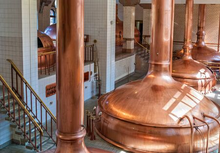 Iinterior of brewery workshop with copper fermentation vats Imagens
