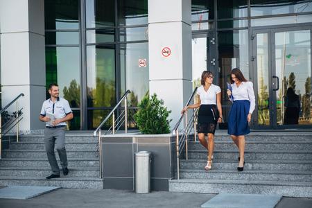 bajando escaleras: colegas bajan las escaleras de la oficina moderna