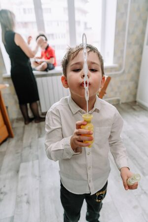 Child playing with soap bubbles in the home Zdjęcie Seryjne