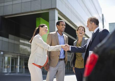 cerrando negocio: Empresarios agitando las manos al aire libre