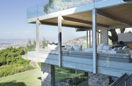 second floor: Glass walls of modern house LANG_EVOIMAGES