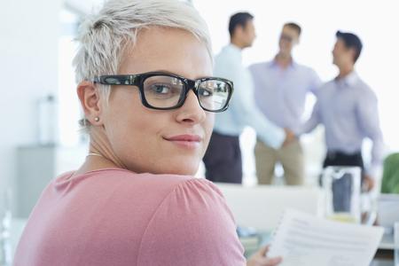 cerrando negocio: Businesswoman smiling in office