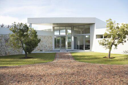 Stein Gehweg zum modernen Haus LANG_EVOIMAGES