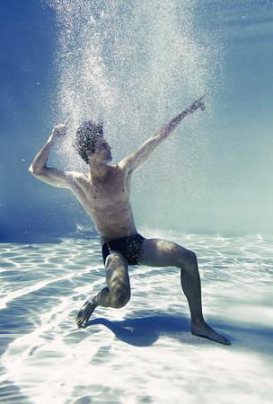 nackte brust: Man posing underwater in swimming pool