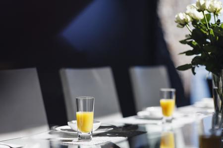 Mimose sull'elegante tavolo da pranzo LANG_EVOIMAGES