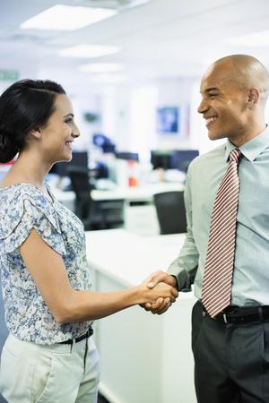 cerrando negocio: Business people shaking hands in office LANG_EVOIMAGES