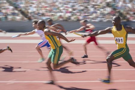 carrera de relevos: Blurred view of relay runners in race