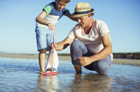 arrodillarse: Abuelo, nieto, juego, juguete, barco, agua