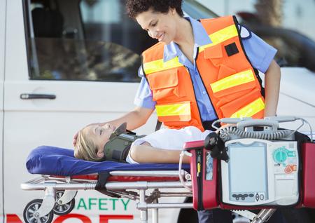 paciente en camilla: Paramédico, examinando, paciente, ensanchador